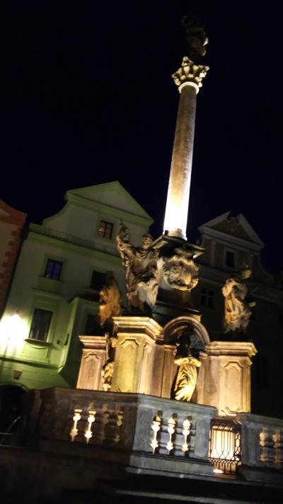 ホテル前広場のライトアップのされたモニュメント