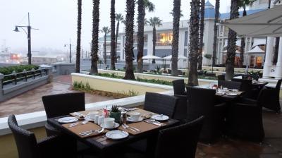 ウォーターフロントからテープルマウンを見るテラス席朝食は最高