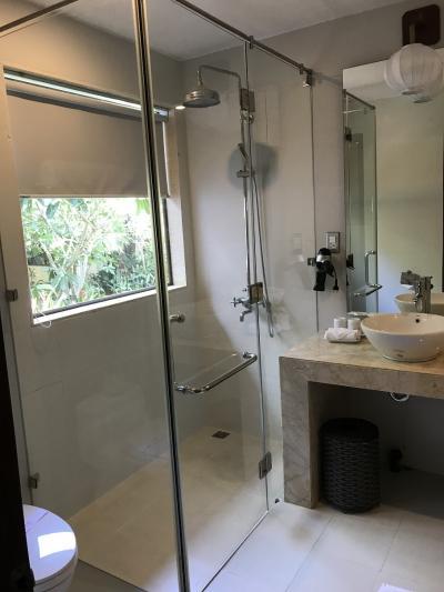 バスタブは洗面台の右側にあります。広い!