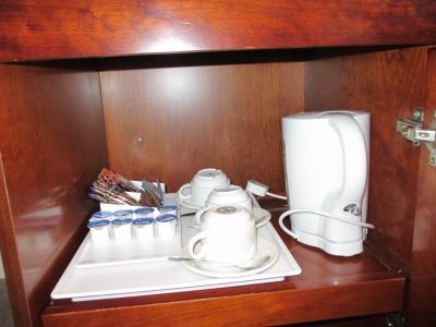 冷蔵庫は無く、湯沸かし器にコーヒー・紅茶・ミルク・砂糖のみ