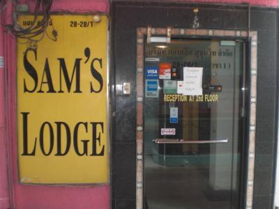 ソイ19の路地に入ると、入口が見えます。フロントは、2階です