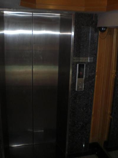 2階のフロントへのエレベーターです。これが難所なのです。