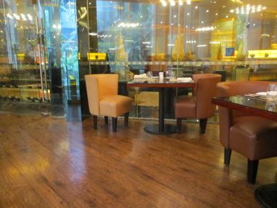 明るい1階のレストラン