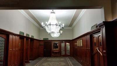 廊下とシャンデリア