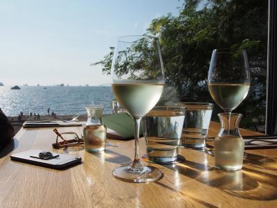 ビーチ沿いのオシャレレストラン、夕暮れ時がオススメ