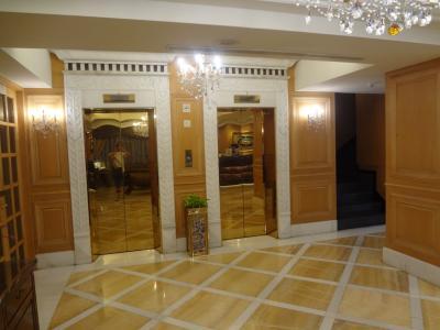 フロント前のエレベーター。