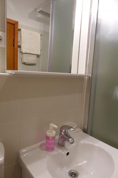 ハンドソープあり。鏡の位置は日本人女性には高いかも。