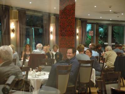 レストラン部門は、宿泊客のほか外来客でもいっぱい。