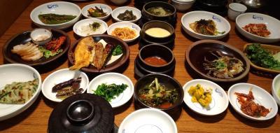 美味しい料理がテーブルいっぱいに並ぶ