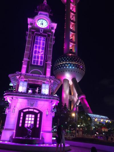 世界最大規模のストア! すぐそばの時計台とテレビ塔のコラボは素晴らしい~!