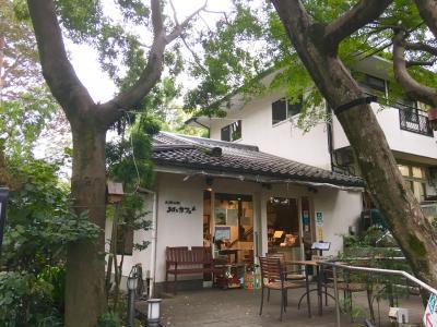 緑豊かな「お鷹の道」にあるカフェです!