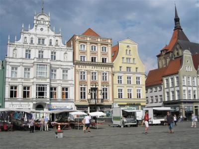 パステルカラーの家が並ぶ広場