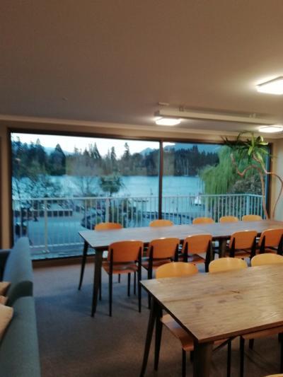 キッチン・ダイニングから湖が眺められる