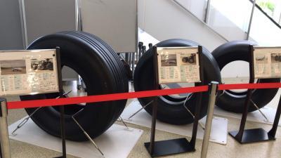 一階到着フロアーに B777、B767、B737のタイヤが展示されています。