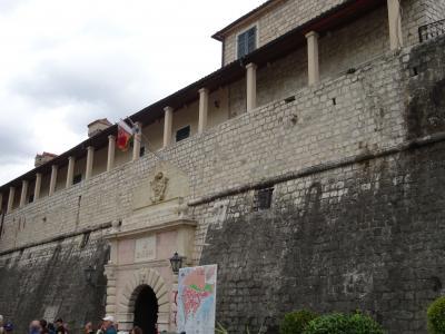 中世の面影が残るフィヨルドに守られた城壁都市