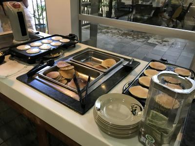 朝食ブッフェの焼きたてパンケーキ