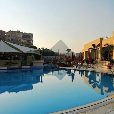 プールから見えるピラミッド。