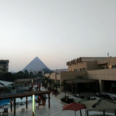 2階の部屋から見るピラミッド。朝焼けです。