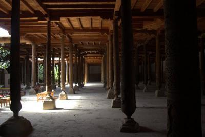 木の柱のモスクと展望ミナレット