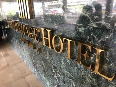 入口のホテル名