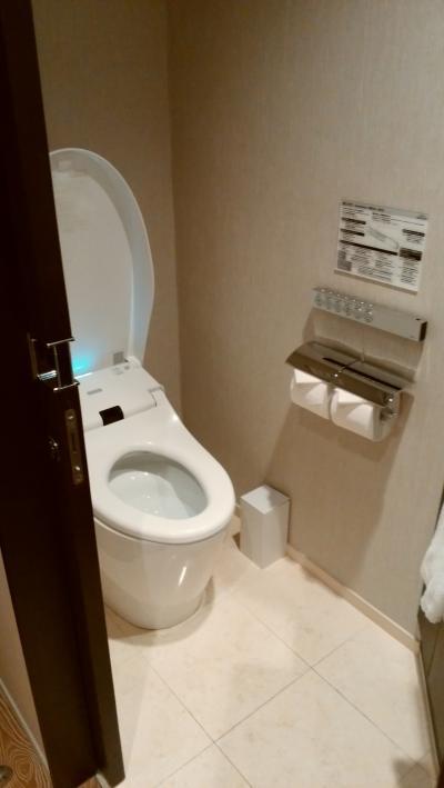TOTOのトイレ。自動でフタが開きます。