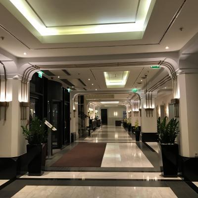 フロント前。右に2台のエレベーターがあり、カードキー必須。