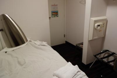 部屋にあるのはベッド・セーフティーケース・洗面台くらいです。