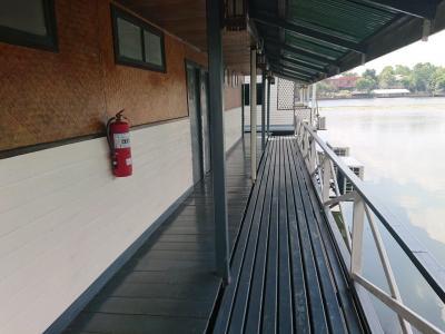 テラス的な廊下と河畔の水面は、ゆったりとして気持ちが良いです