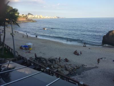 前のビーチは、狭い....