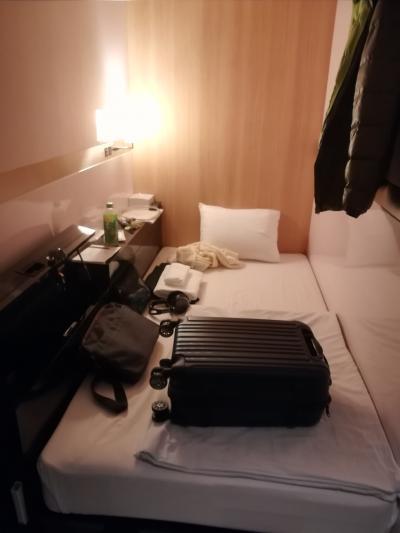 早朝の航空便のためには欠かせないカプセル的なホテル