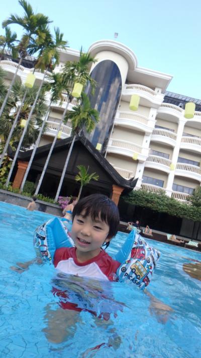 プールは日陰になると寒い。。
