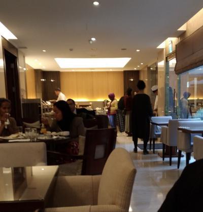 朝食会場のレストラン。欧米系の方が多い印象。