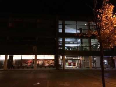 徒歩圏内に大型スーパーマーケットがあります。土産物も買えます
