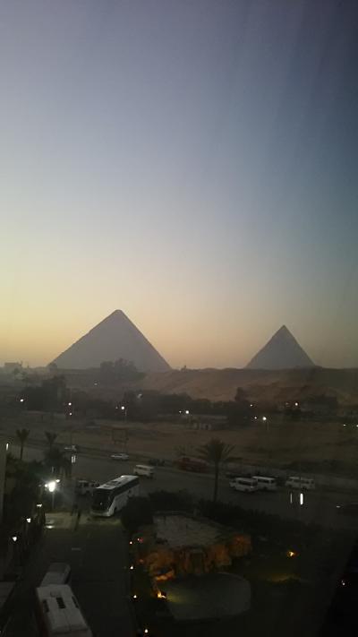 部屋からのピラミッド