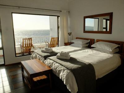 明るく広いお部屋のすぐ外に広がるリューデリッツ湾。