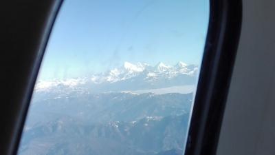 機内朝食を食べながらチョモラリが飛行機から見えました!