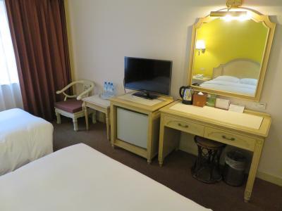 部屋のテレビと机