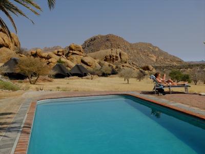 奇岩のある丘を背に、プールや宿泊棟があるという造りのロッジ。