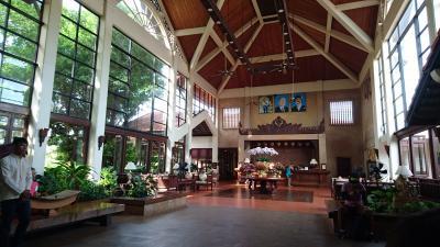 ホテルのロビー。天井が高いです!