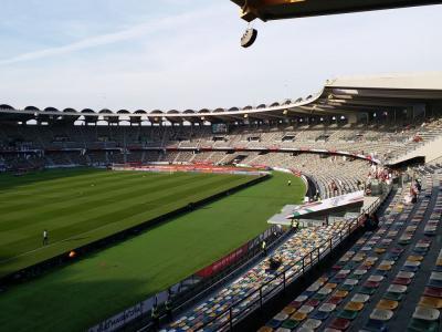 市街地から距離のある大きなスポーツ公園とその中心のスタジアム