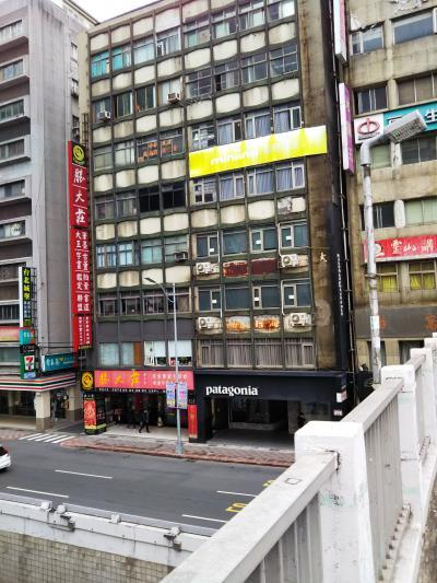 黄色い看板です。建物かなり古いです。