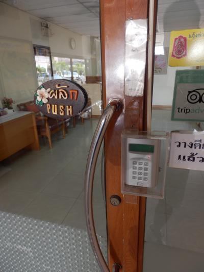 レセプションからエレベーターホールへの扉