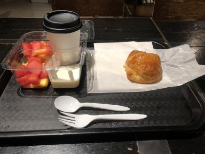 朝食付です。近くのRというカフェに行き配給方式です。