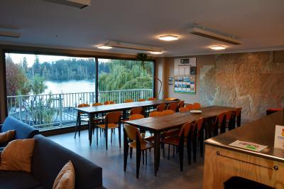 別の階のキッチン・食堂と談話室