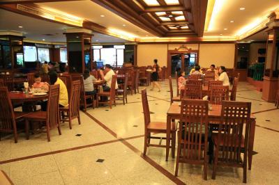 朝食会場のレストラン、朝6時から