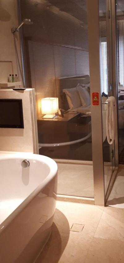 風呂からベッドルームの景色。ボタンでカーテン開閉調整可能