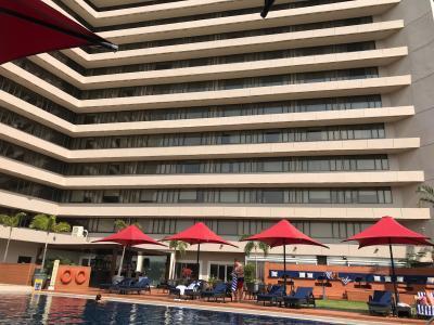プールからホテルを見た