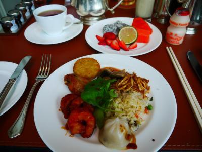 朝食はローカルなものから洋食、ヤクルトまで揃ってます