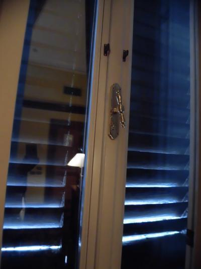 ヨロイ戸で暗い部屋