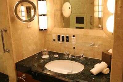 洗面台は広い浴室内左右に一つづつ